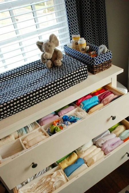 b08dd8de585 Επίσης, μπορείτε να αρχίσετε να αποθηκεύετε τα ρούχα του μωρού κάθετα (όπως  στη φωτογραφία) προκειμένου να εξοικονομήσετε χώρο.