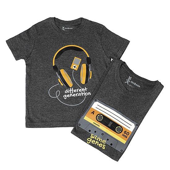 Δύο διαφορετικές γενιές με ίδια γονίδια και δύο t-shirts που το εκφράζουν  με τον καλύτερο τρόπο  με τη στάμπα μια κασέτας για τον μπαμπά και ενός  iPod για ... 8d79736356b