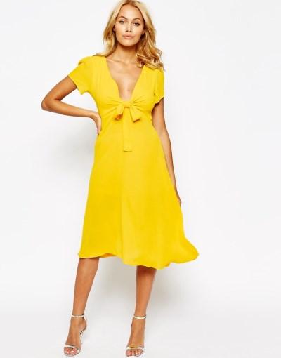 7dae1794396 Αν η περίσταση για την οποία ψάχνετε φόρεμα πρόκειται να λάβει χώρα σε  προχωρημένη καλοκαιρινή ημερομηνία, τότε το κίτρινο θα αναδείξει το  μαύρισμά σας.