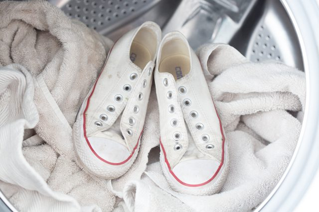 549fa696358 Για τα μπλε σουέντ παπούτσια σας (ή του Έλβις!)