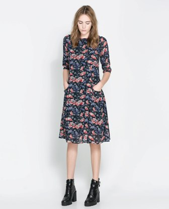 8e6203c14fc9 Navy blue φόρεμα σε hippie γραμμή με κοντά μανίκια και τσέπες. Τα κόκκινα  φλοράλ prints δημιουργούν μια πιο έντονη διάθεση στο ρούχο.