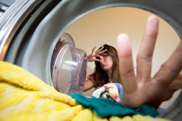 1a10e32776f Επιλέξτε ένα πρόγραμμα υψηλής θερμοκρασίας και αφήστε το πλυντήριο να  πραγματοποιήσει την πλύση κανονικά χωρίς καθόλου ρούχα στον κάδο.
