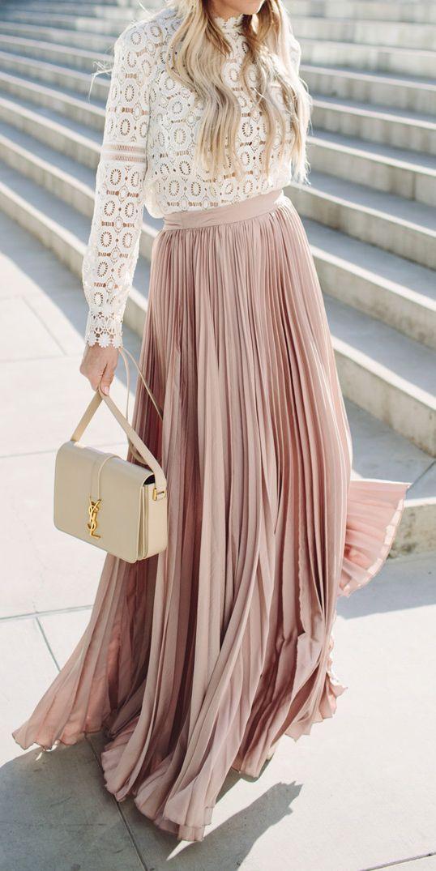 fbb2f716d444 Συνδυάστε μια εντυπωσιακή μάξι φούστα με ένα δαντελένιο τοπ-όλα σε ανοιχτές  ή παστέλ αποχρώσεις. Προτιμήστε να τη φορέσετε με peep toe ή πλατφόρμες
