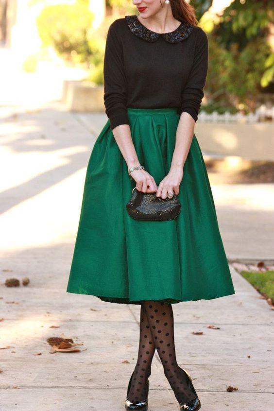 d2eec291bab6 Για όσες προτιμούν το minimal chic  midi φούστα σε έντονο χρώμα που θα  ταιριάξετε με μια εφαρμοστή μπλούζα ή πουκάμισο. Για να συμπληρώσετε το  vintage στιλ