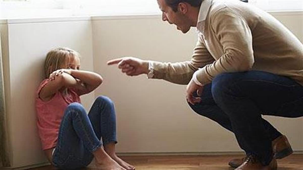 Από 7 ετών ο πατέρας μου με αποκαλεί «άχρηστη». Στα 26 μου έχω κατάθλιψη. Τι να κάνω;