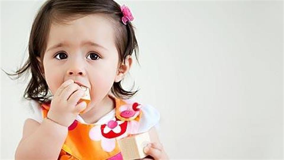 Το μωρό μου βάζει τα πάντα στο στόμα του: Πώς να το προφυλάξετε και τι να κάνετε αν καταπιεί κάτι
