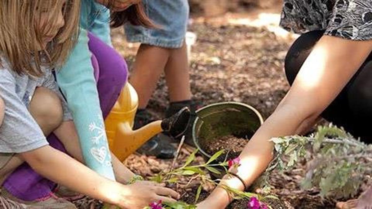 «Στο βάθος... κήπος»: Τα παιδιά υποδέχονται την άνοιξη φυτεύοντας λουλούδια στο Πάρκο Τρίτση