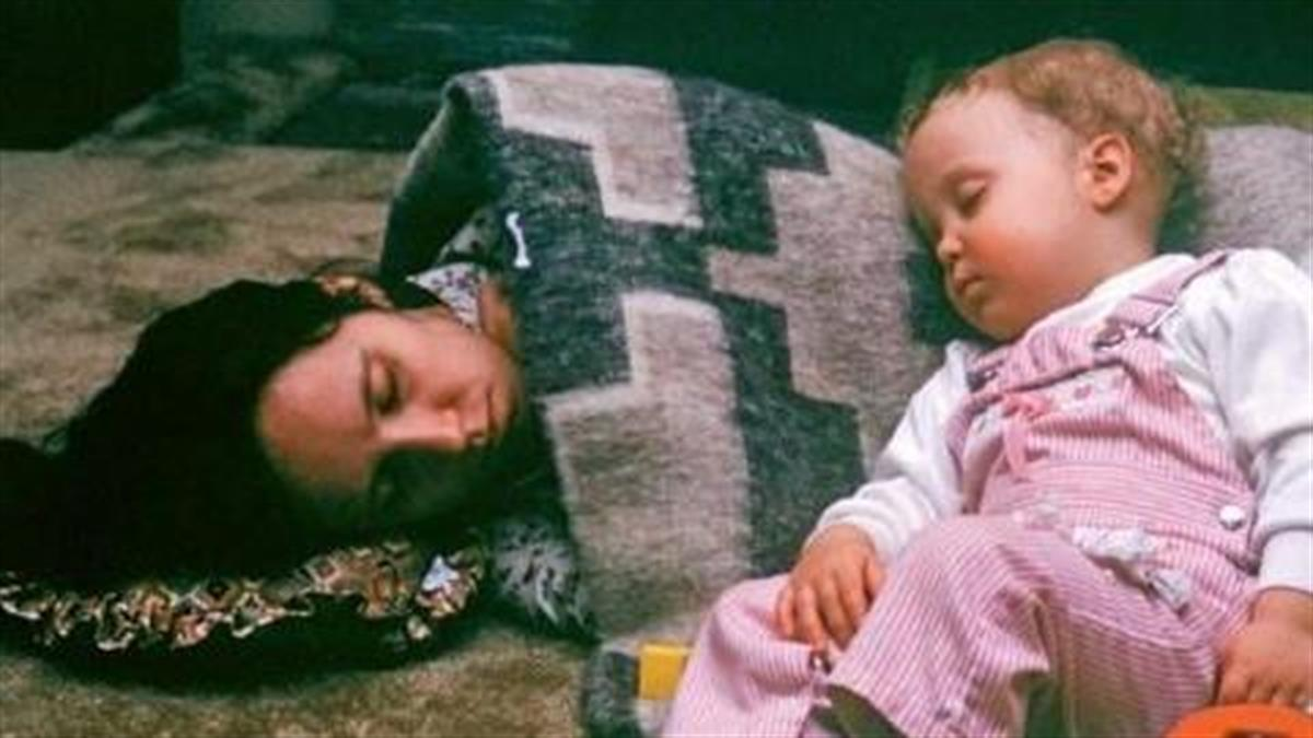 Τρυφερές οικογενειακές στιγμές που μας γεννούν την επιθυμία να αγκαλιάσουμε τη μαμά μας