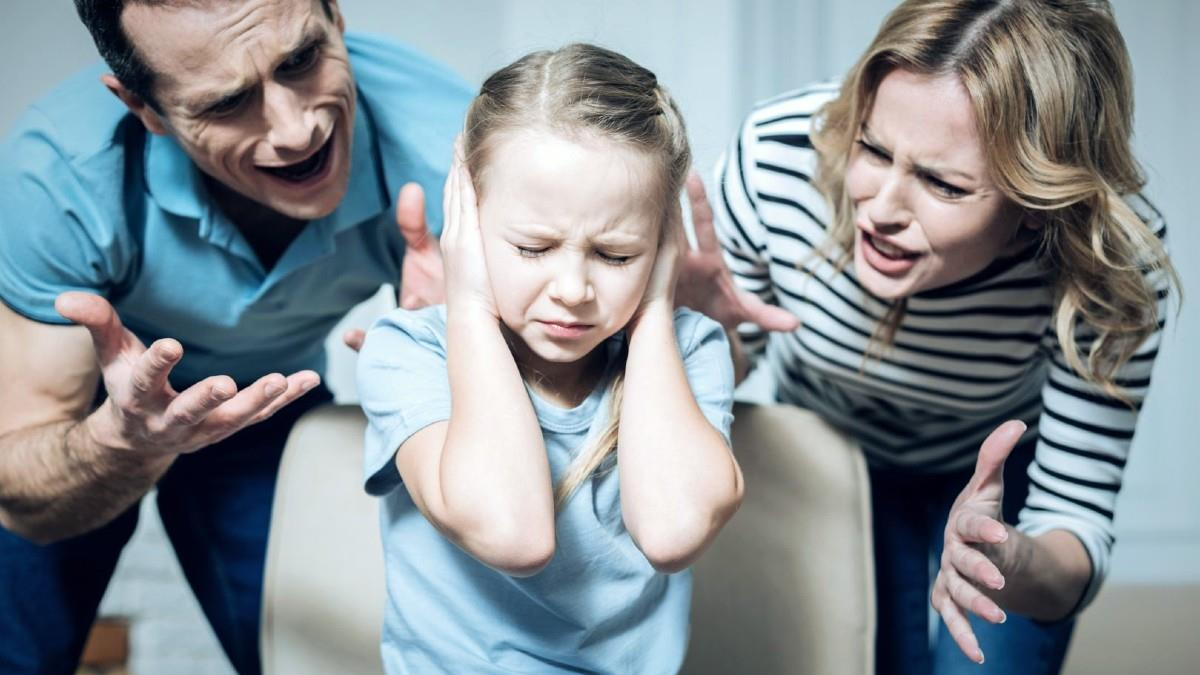 «Οξύθυμοι γονείς, ανασφαλή παιδιά»: πώς πειθαρχούμε το παιδί χωρίς να το πληγώσουμε