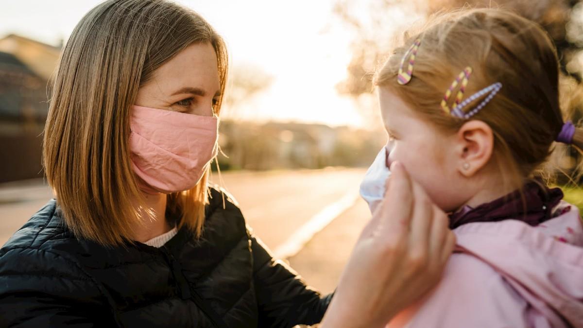 Πώς μιλάμε στο παιδί για τη μάσκα ανάλογα με την ηλικία του – μια παιδίατρος εξηγεί