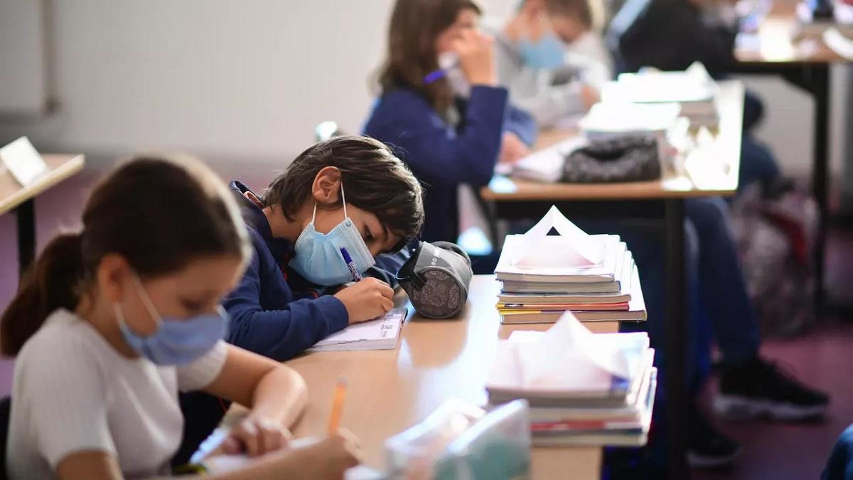 Ένας δάσκαλος ξεσπά: «Οι μάσκες δεν κρατάνε αποστάσεις όταν στην αίθουσα βρίσκονται 25 παιδιά με τα θρανία το ένα δίπλα στο άλλο»