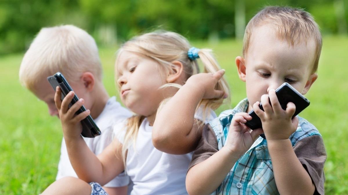 Τα κόλπα ενός ψυχολόγου για να περιορίσετε την οθόνη στα παιδιά