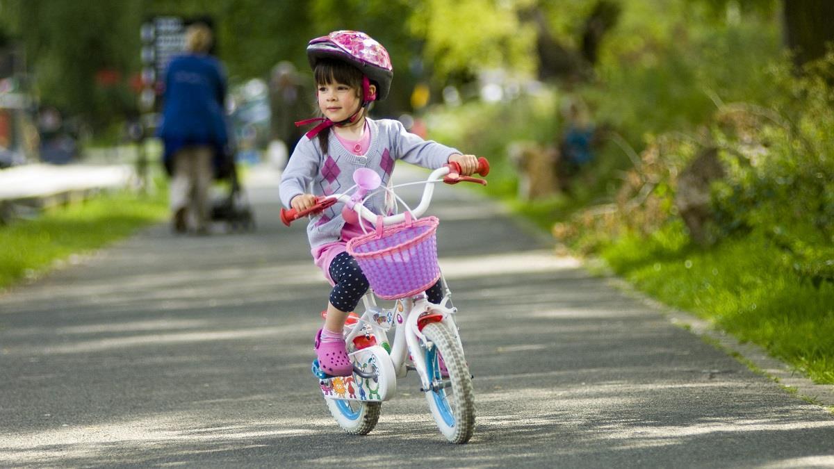 Τέλος οι βόλτες με πατίνι ή ποδήλατο χωρίς συνοδό για παιδιά κάτω των 12