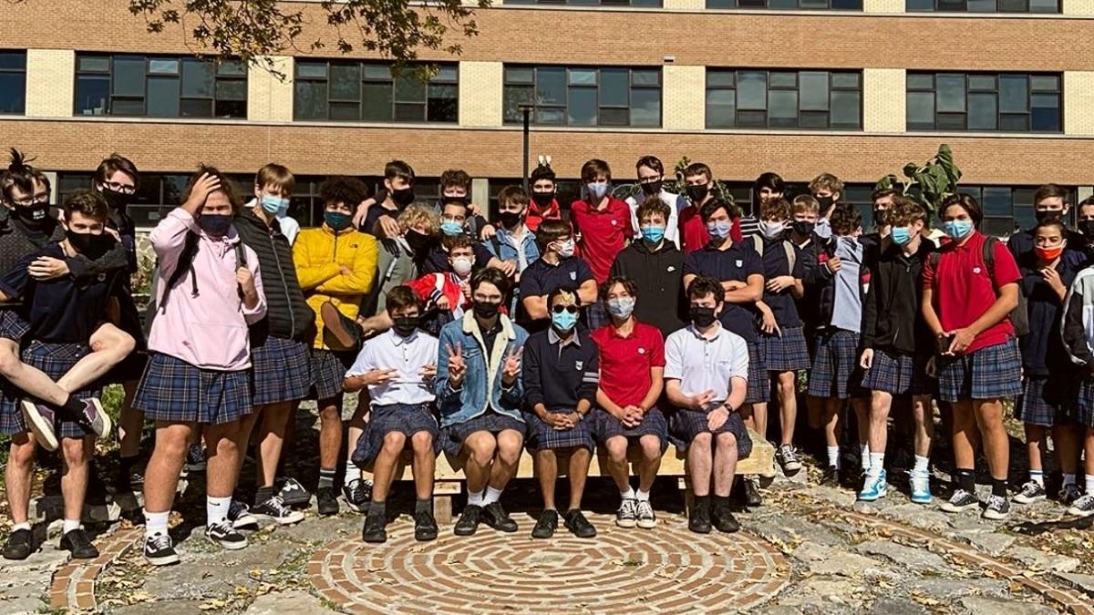 100 αγόρια πήγαν σχολείο με φούστες στέλνοντας μήνυμα κατά του σεξισμού