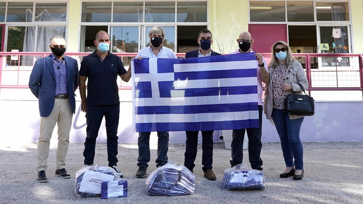 Ο Δήμος Ελληνικού-Αργυρούπολης μοίρασε σ όλους τους μαθητές την Ελληνική σημαία