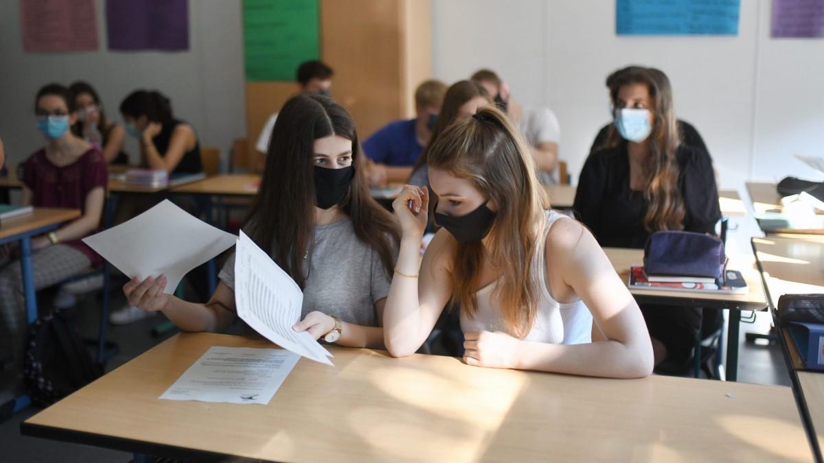 Σκέψεις της κυβέρνησης να ανοίξουν τα γυμνάσια και τα λύκεια πριν λήξει το  lockdown