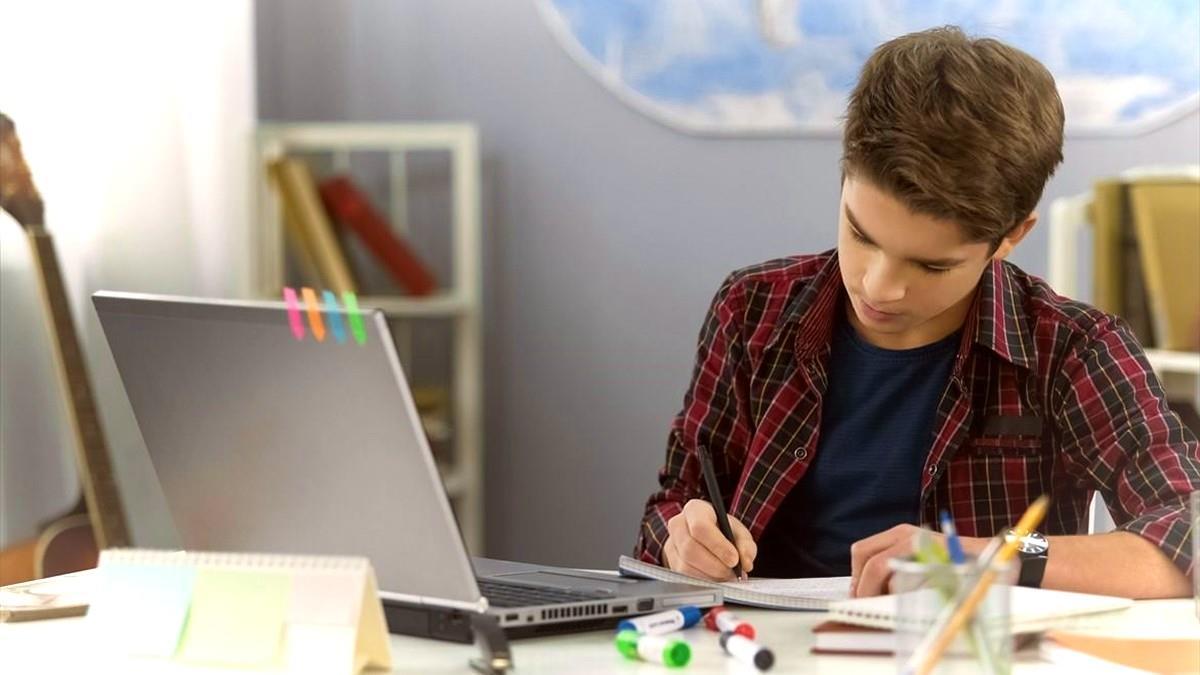Τηλεκπαίδευση: πώς να βοηθήσουμε το παιδί να συγκεντρωθεί στο μάθημα