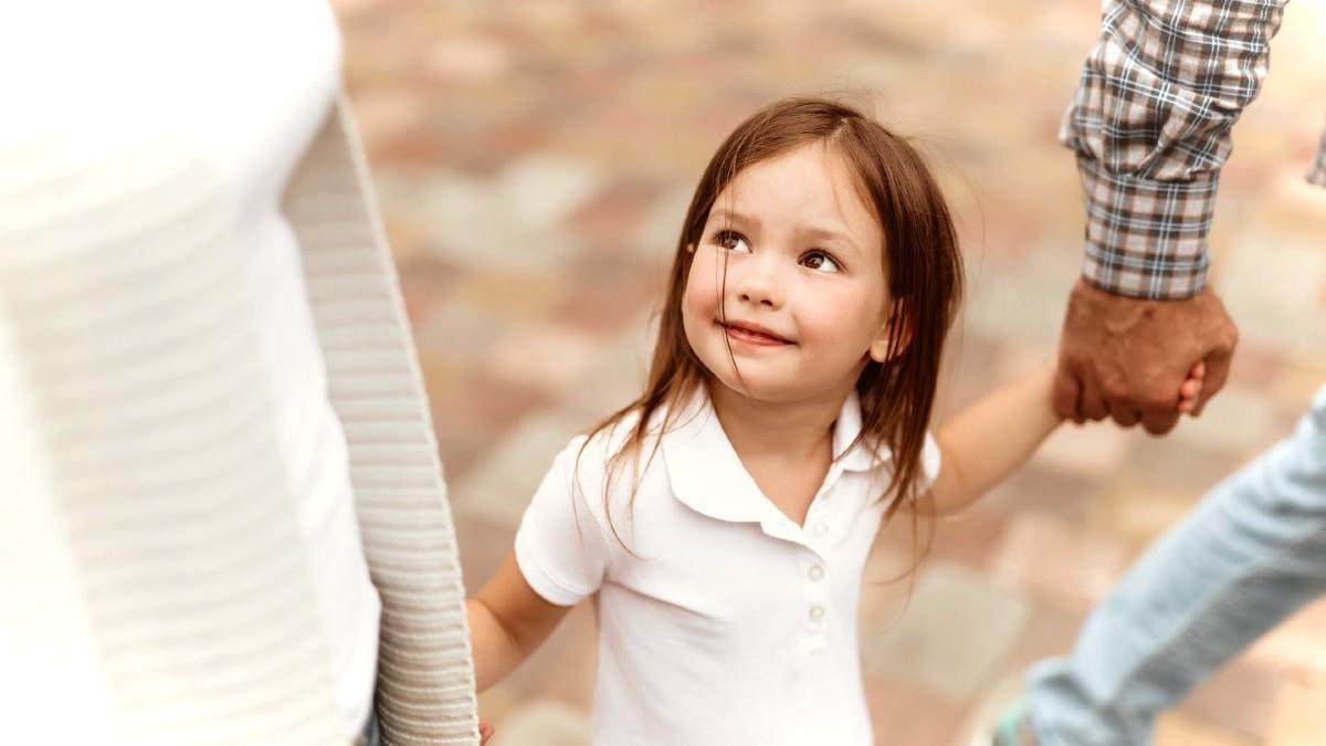 Τα σπουδαιότερα μαθήματα τα δίνουμε στα παιδιά μας όταν νομίζουμε ότι δεν μας βλέπουν