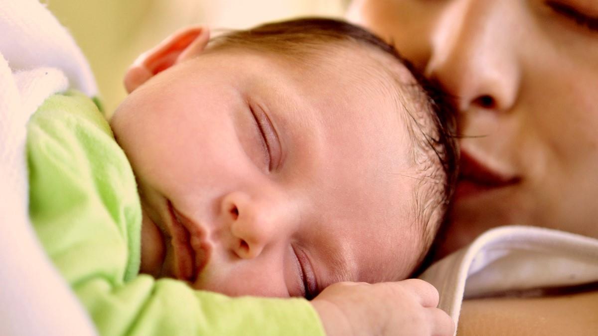«Έβγαλα μια κραυγή και το μωρό έπεσε στο πάτωμα»: μαμά αφηγείται πώς γέννησε ξαφνικά στην κουζίνα της