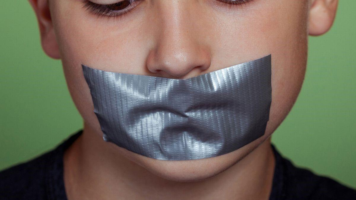 Δασκάλα έκλεισε με ταινία το στόμα 7χρονου μαθητή για να μην μιλάει στο μάθημα