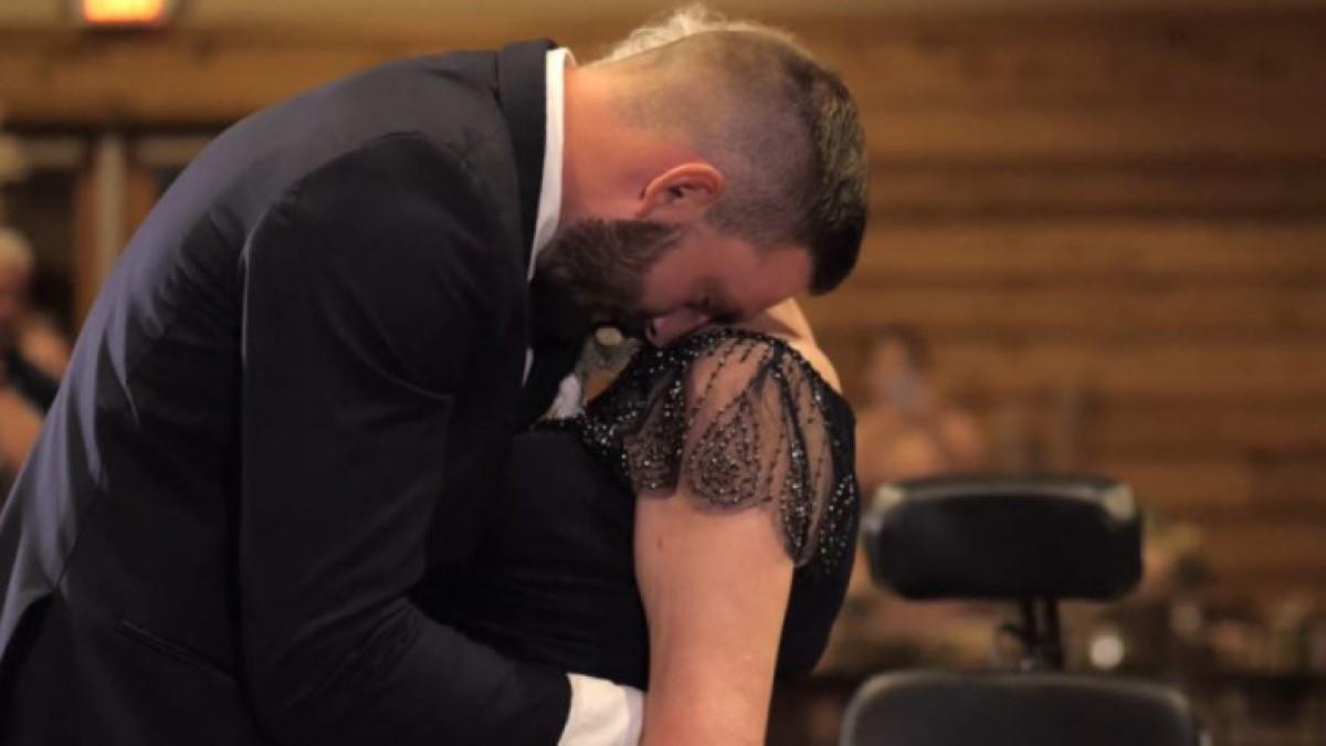 Γιος χορεύει με την παράλυτη μαμά του στον γάμο του, εκπληρώνοντας την τελευταία της επιθυμία
