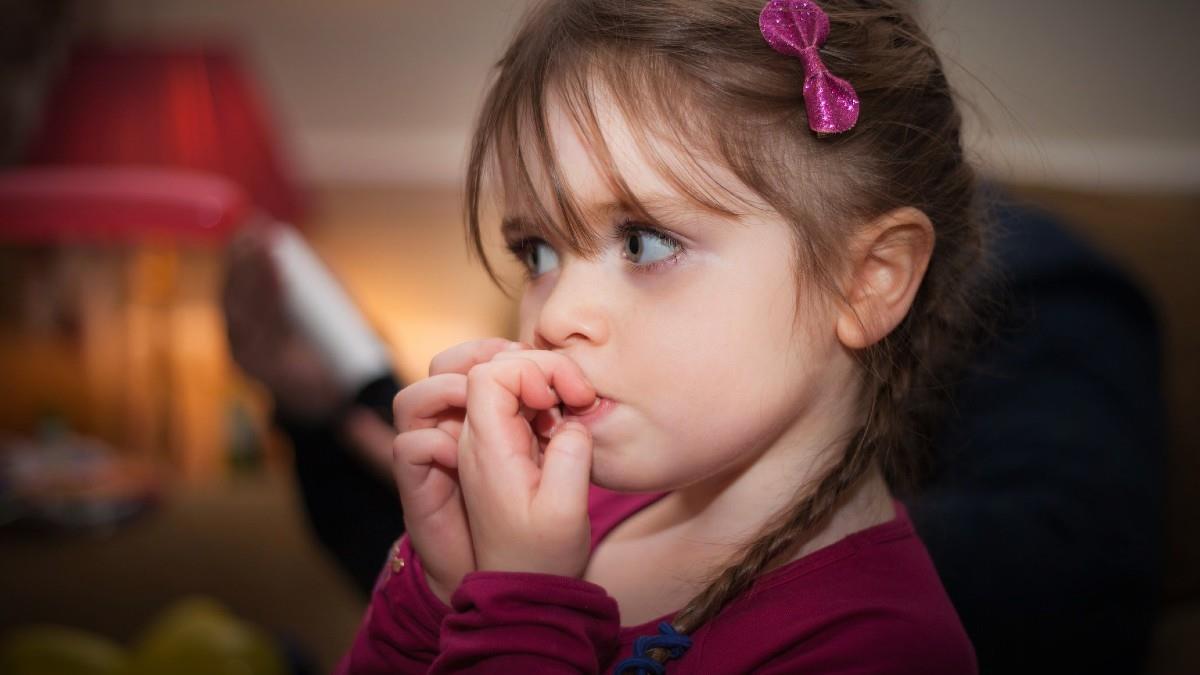Τι σημαίνει όταν το παιδί τρώει διαρκώς τα νύχια του