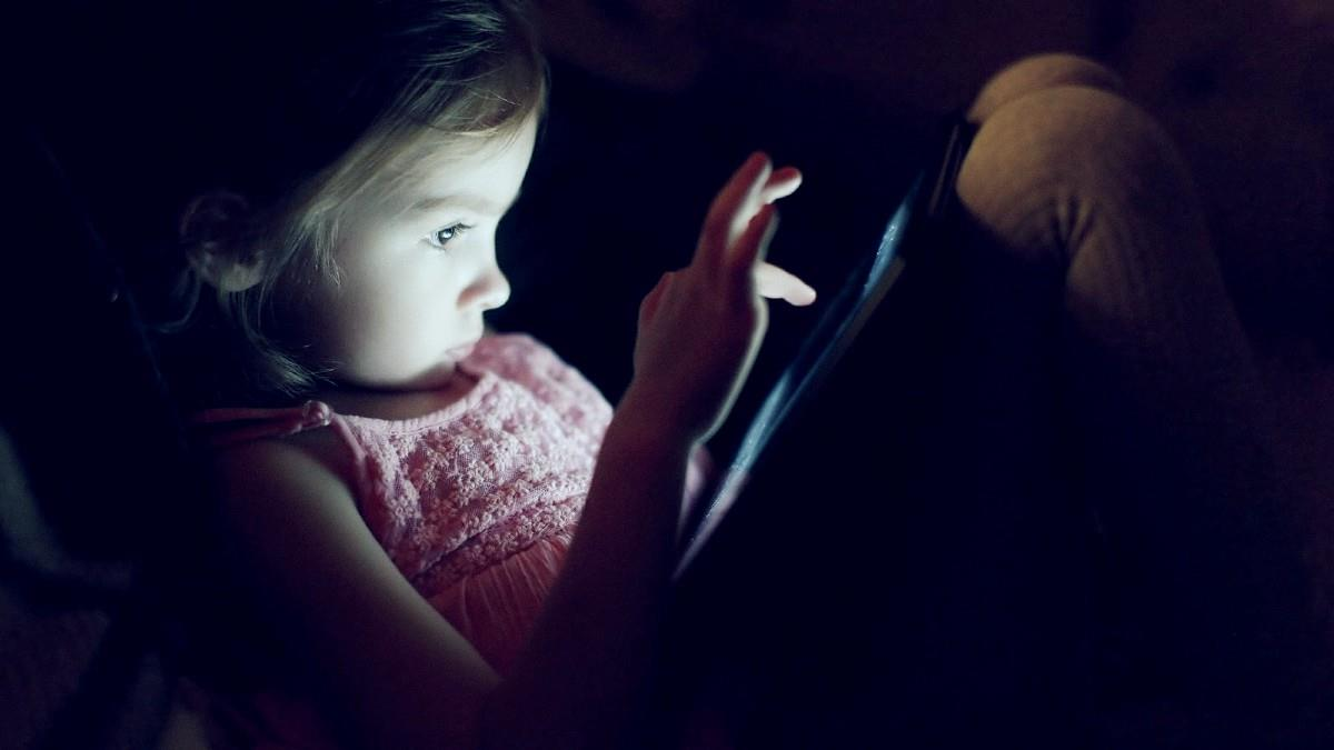 Μπλε ακτινοβολία: πόσο επικίνδυνες είναι οι οθόνες για τα παιδιά;