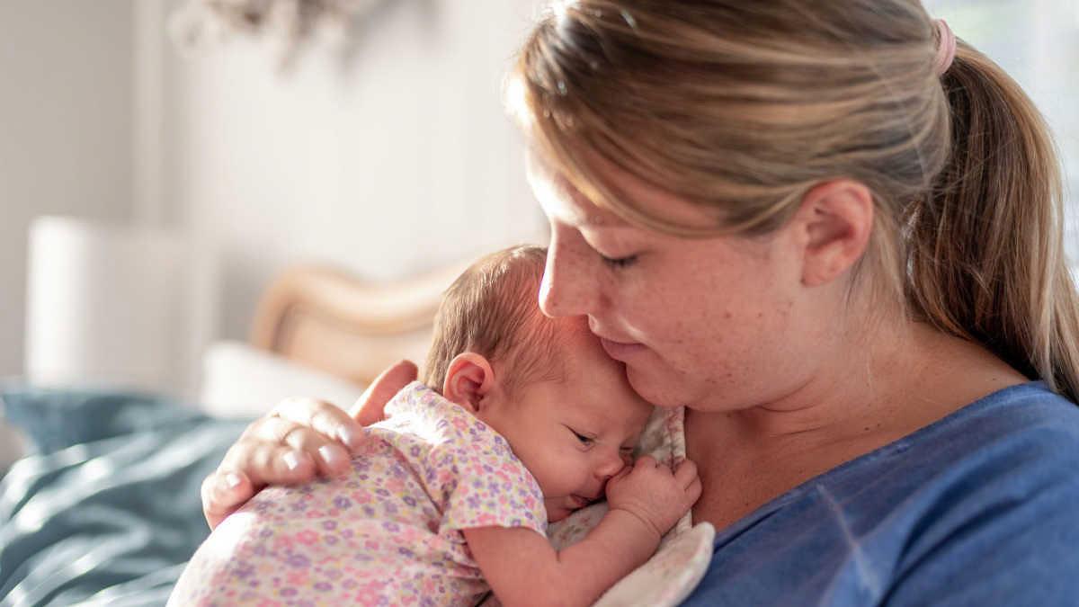 «Έγινα πρώτη φορά μαμά μέσα στην πανδημία και είναι ό,τι πιο δύσκολο έχω ζήσει»