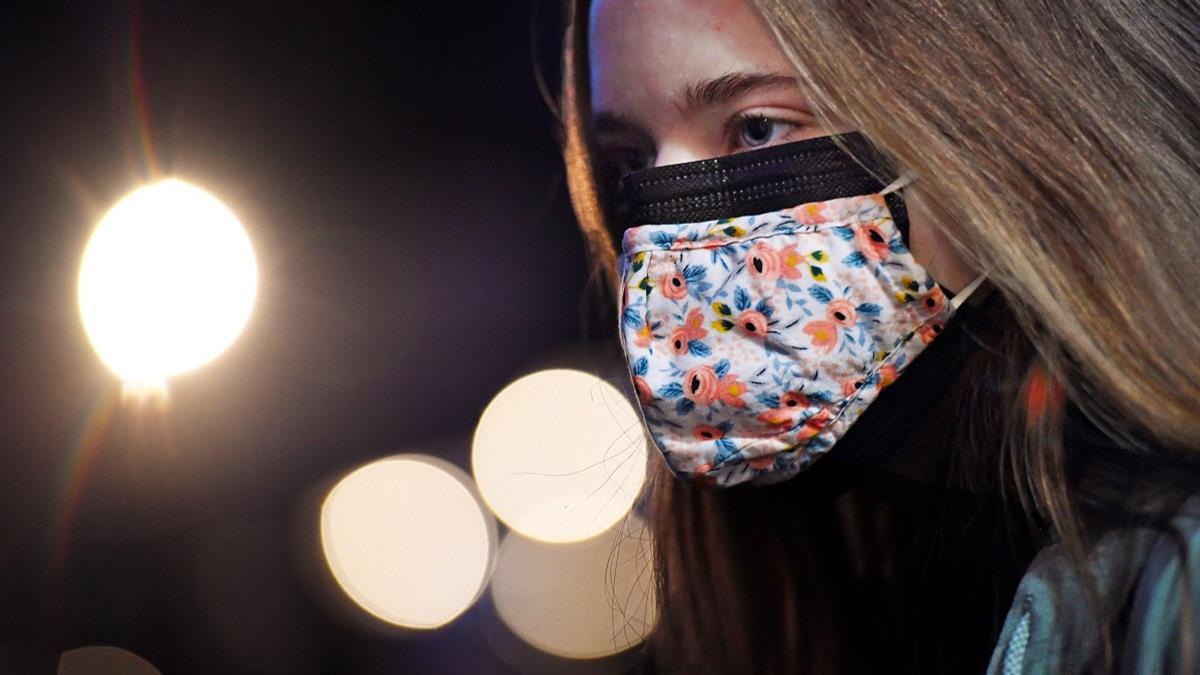 Τη χρήση διπλής μάσκας σε σούπερ μάρκετ και ΜΜΜ εισηγούνται οι ειδικοί