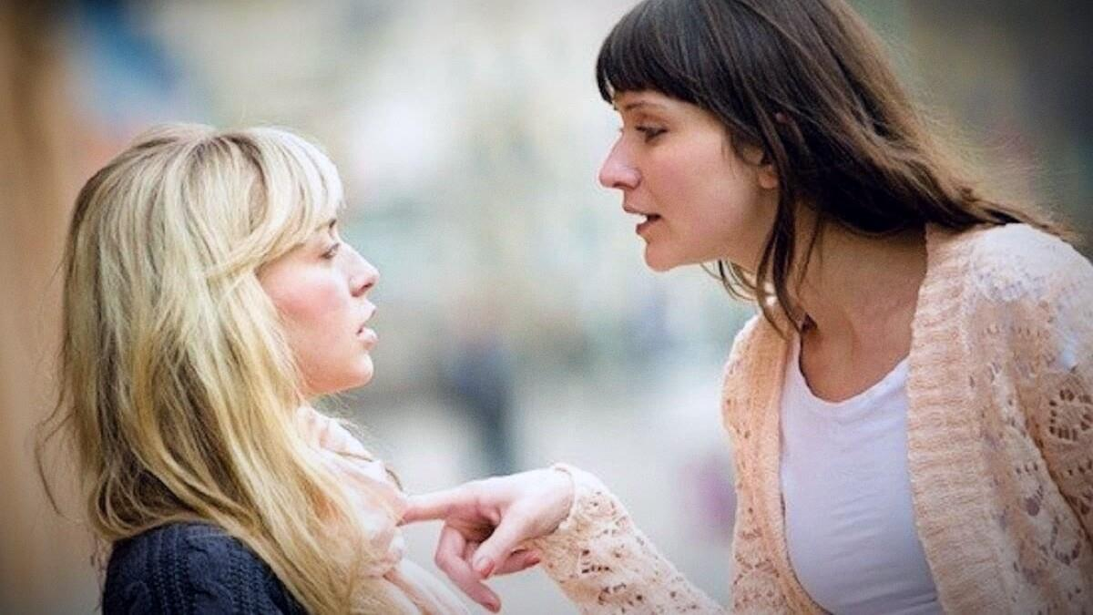 Στις μαμάδες που κουτσομπολεύουν μπροστά στα παιδιά: «Μεγαλώνετε τοξικούς ανθρώπους!»