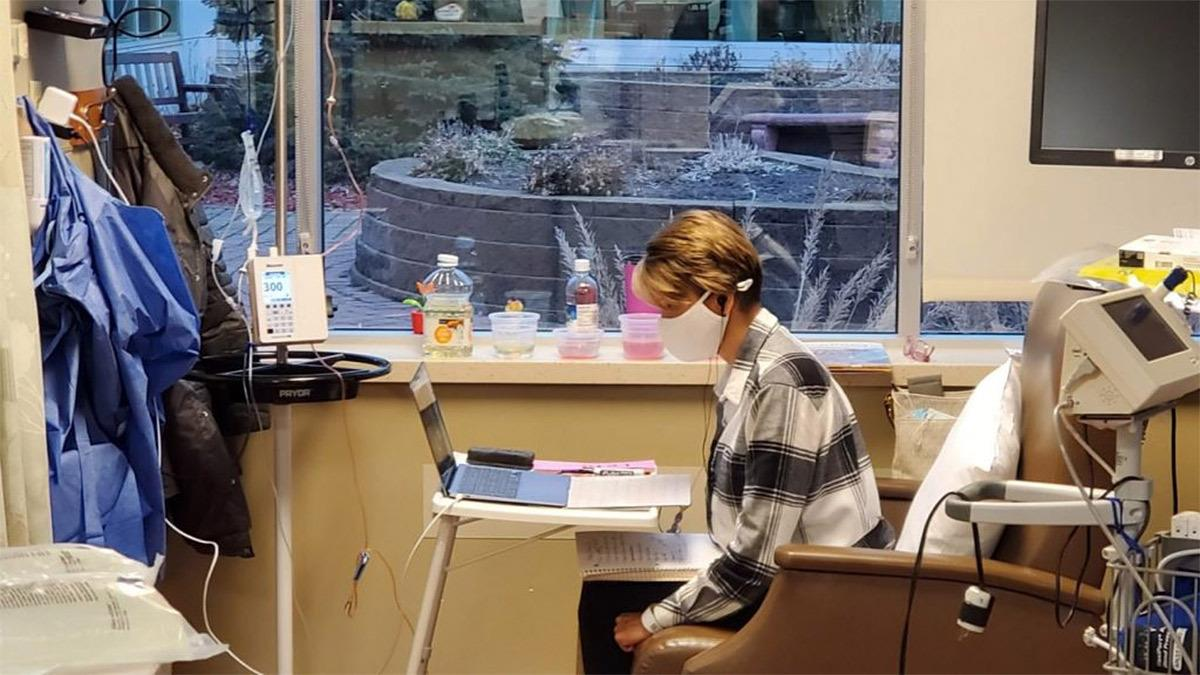 Νηπιαγωγός συνεχίζει να διδάσκει από το νοσοκομείο ενώ κάνει χημειοθεραπεία