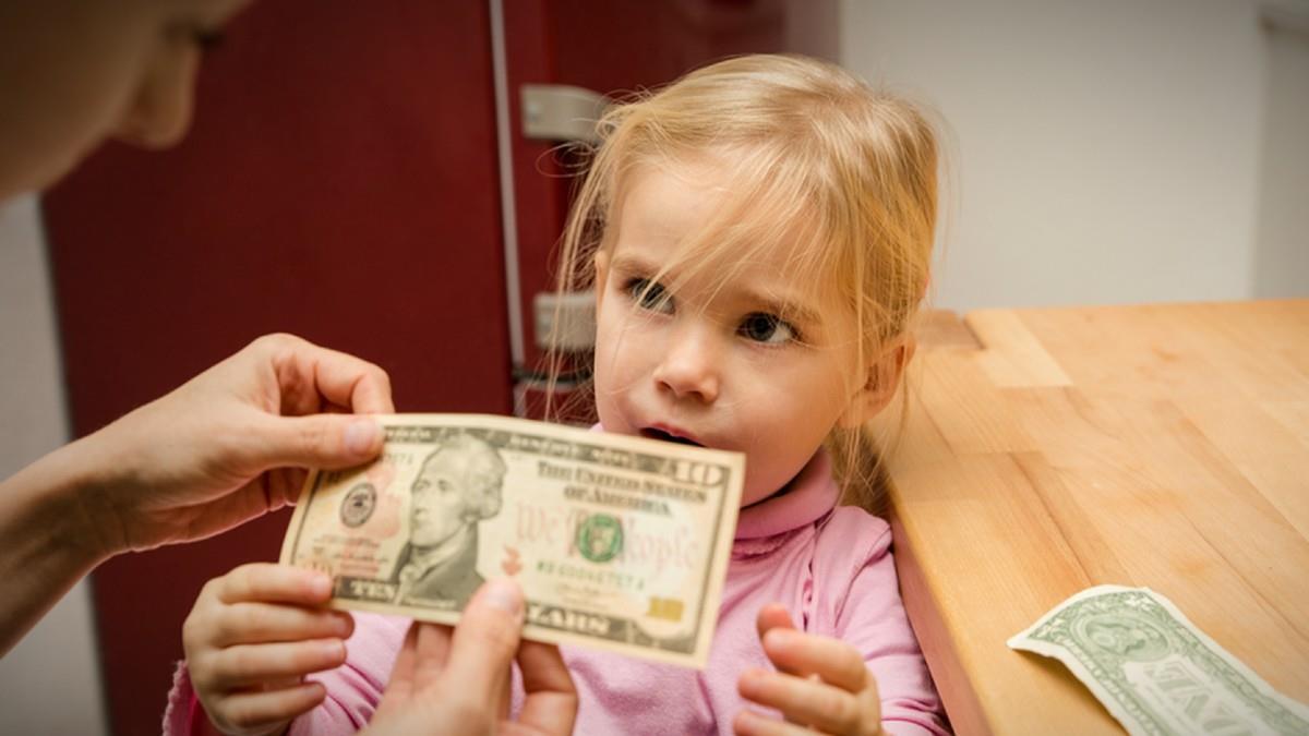 Μαμά βάζει την 7χρονη κόρη της να πληρώνει λογαριασμούς για να μη γίνει σπάταλη