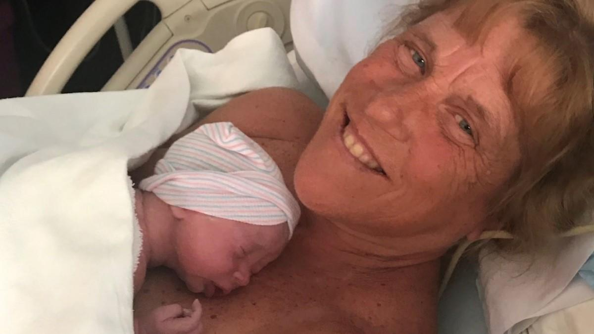 Αποφάσισε να ξαναγίνει μαμά στα 57 της και γέννησε ένα υγιέστατο αγοράκι!