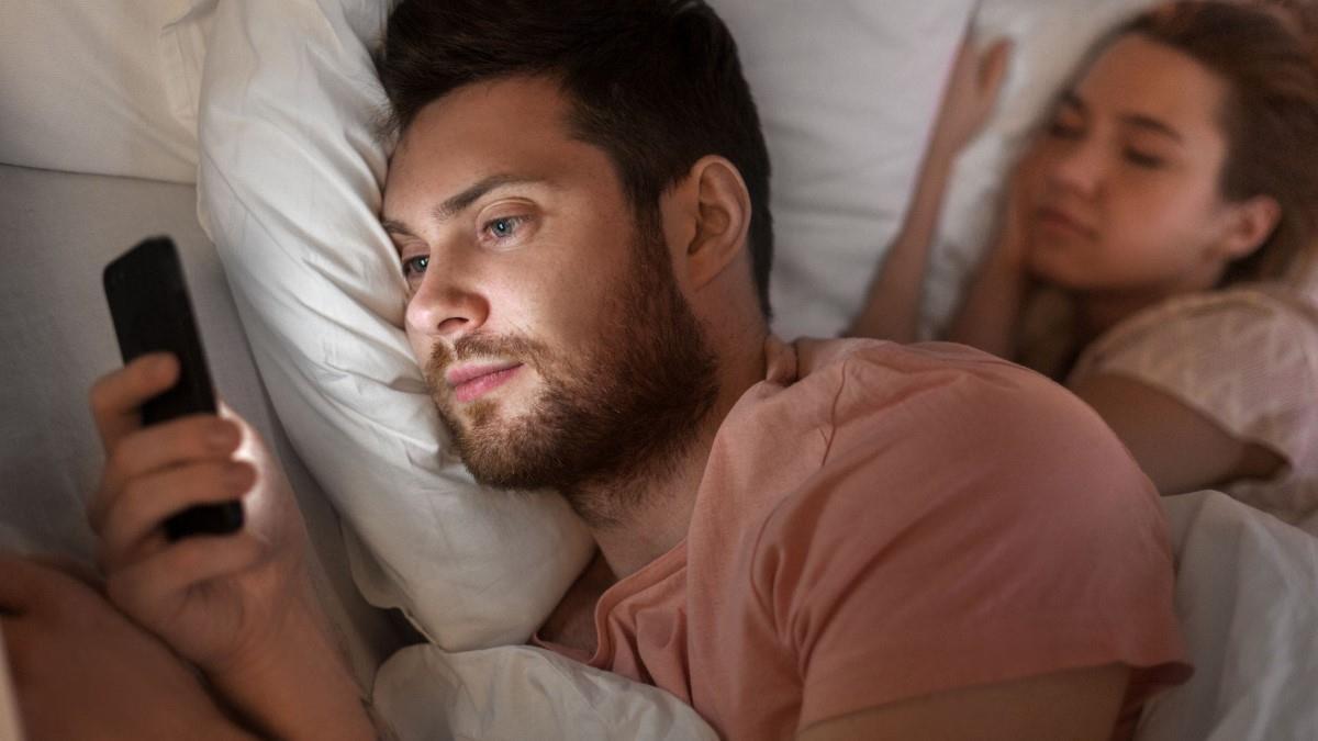 Ο άντρας μου μιλάει κρυφά στο Facebook με μια παλιά του σχέση. Τι να κάνω;
