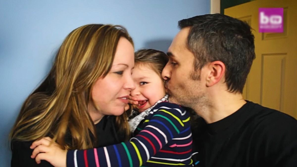 «Η κόρη μας κοιμάται μόνο μία ώρα κάθε βράδυ, αλλά το χαμόγελό της αξίζει τα ξενύχτια»