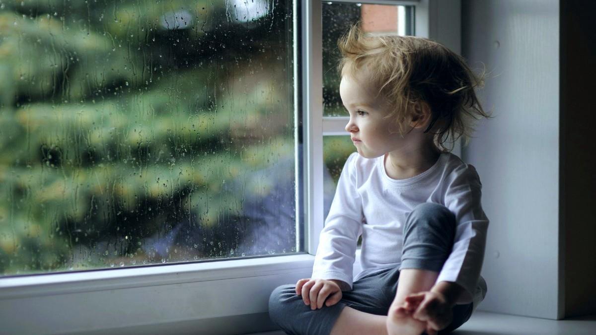 «Στην πανδημία, το 2χρονό μου δεν βλέπει άλλα παιδάκια κι εμένα με τρώνε οι ενοχές»