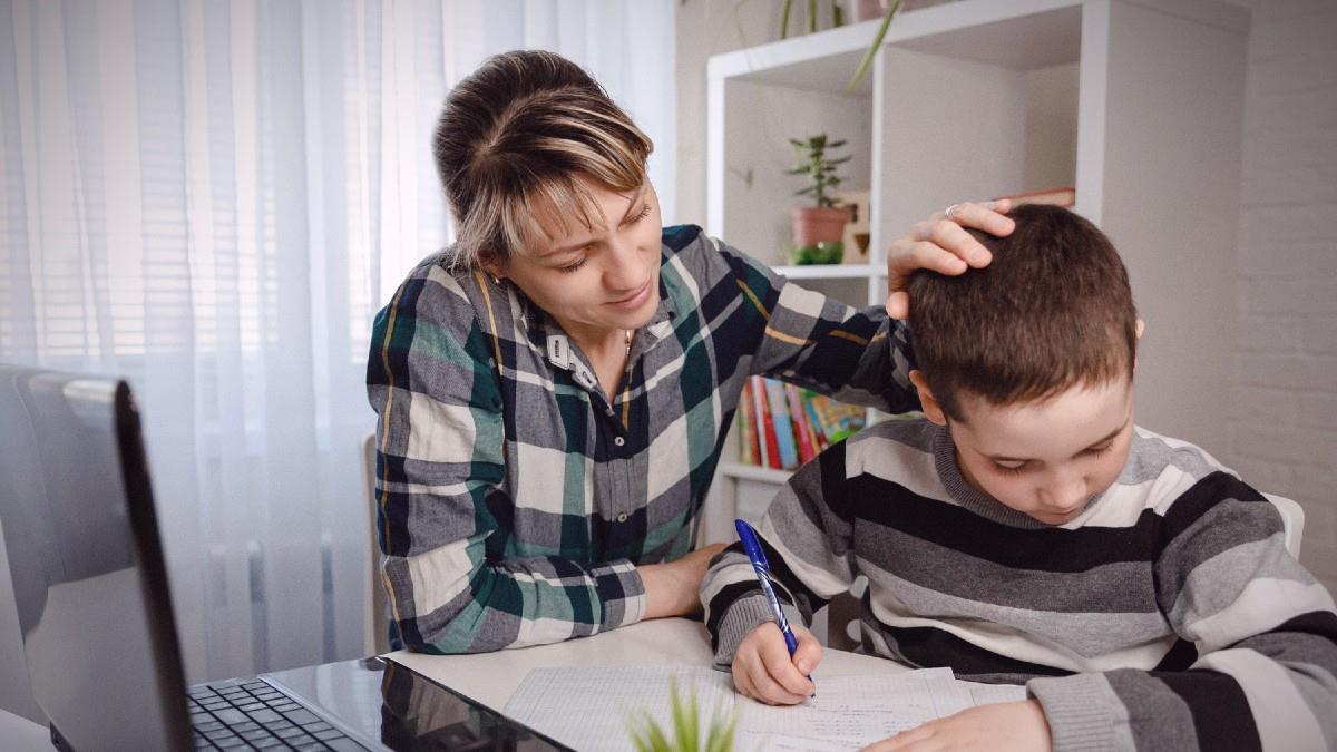 Μαμά διεκδικεί το δικαίωμα να συνεχίσει το παιδί τηλεκπαίδευση αντί να εκτεθεί στον ιό