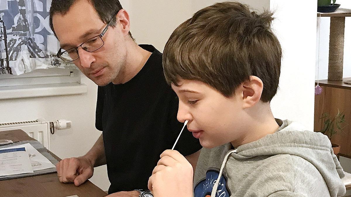 Γονείς μήνυσαν την Κεραμέως γιατί δεν θέλουν να κάνουν self test στα παιδιά τους