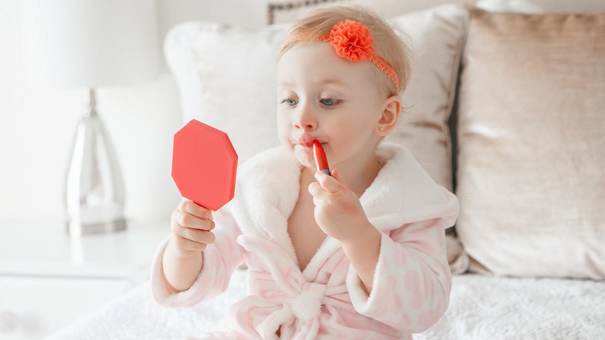Μαμά έκανε τη 2χρονη κόρη της μοντέλο για μέικ-απκαι της προκάλεσεδερματίτιδα