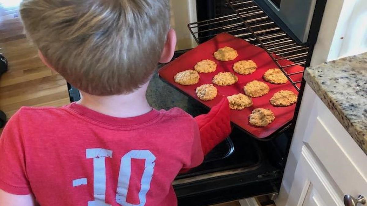 3χρονο αγοράκι μαγειρεύει για την οικογένεια χρησιμοποιώντας φούρνο και μαχαίρια
