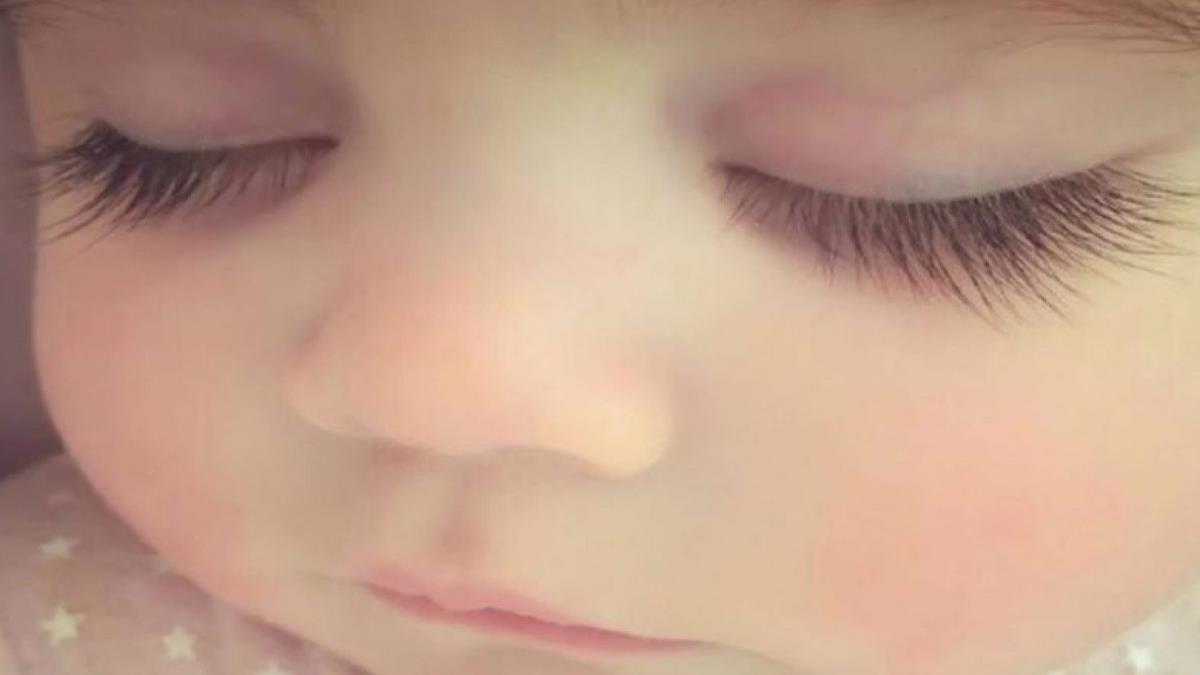 Μωράκιγεννήθηκε με βλεφαρίδες τόσο μακριές και πυκνές σαν... ψεύτικες!