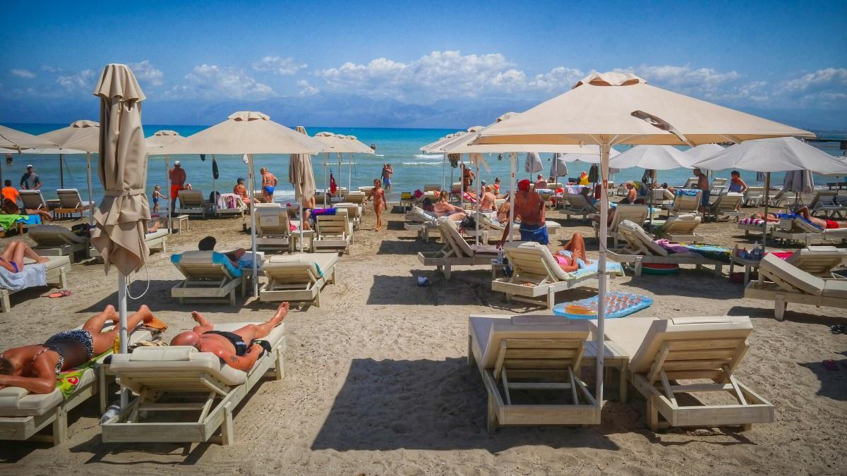 Ανοίγουν οι οργανωμένες παραλίες το Σάββατο - Επιστροφή στις τάξεις για φροντιστήρια