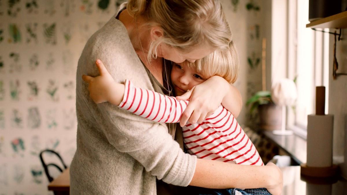 Τα παιδιά που χορταίνουν αγκαλιές γίνονται ευτυχισμένοι ενήλικες