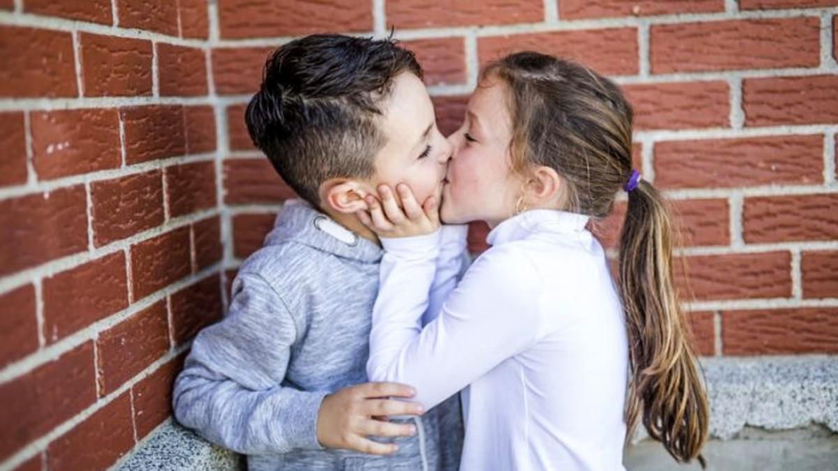 Η 6χρονη κόρη μου φιλήθηκε με ένα αγόρι και τη μαλώσαμε. Τι κάνουμε από εδώ και πέρα;