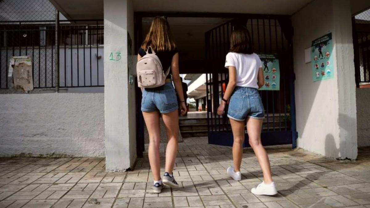 Καταγγελία σοκ: σχολείο απαγορεύει σορτσάκια και κοντές φούστες στα κορίτσια