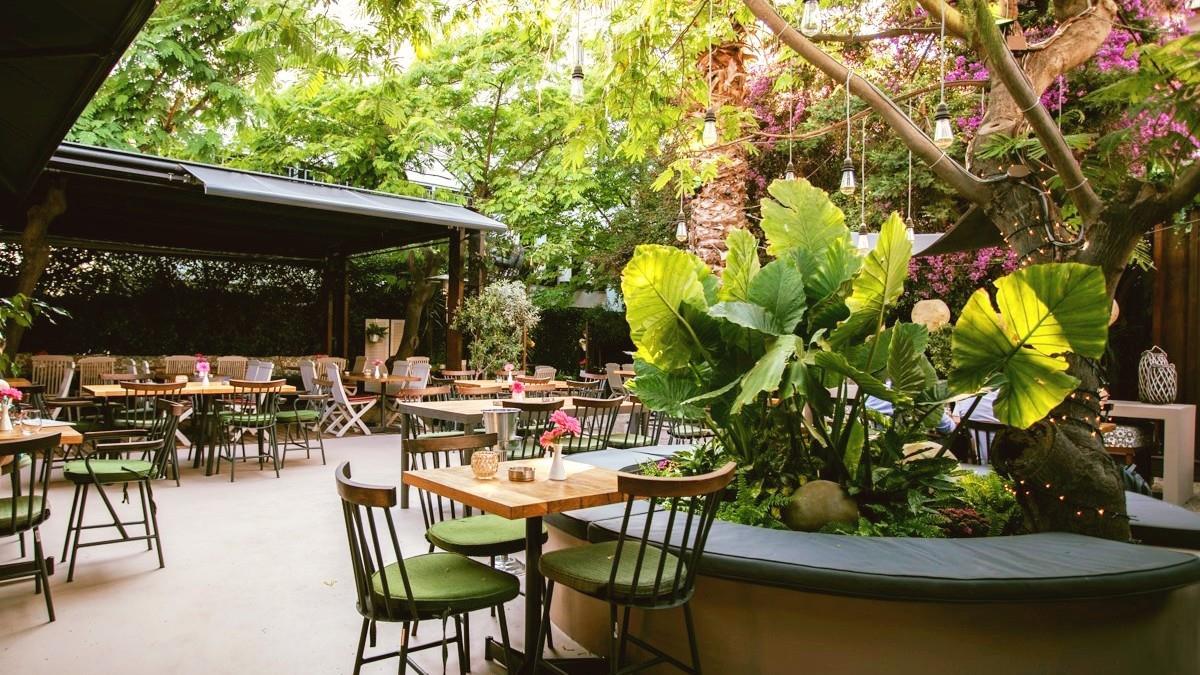 5 δροσερές και ευρύχωρες αυλές για καλοκαιρινό καφεδάκι στην πόλη