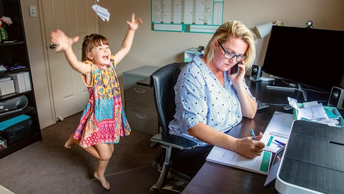 Μητέρα απολύθηκε με την αιτιολογία πως τα παιδιά δεν την άφηναν να δουλέψει
