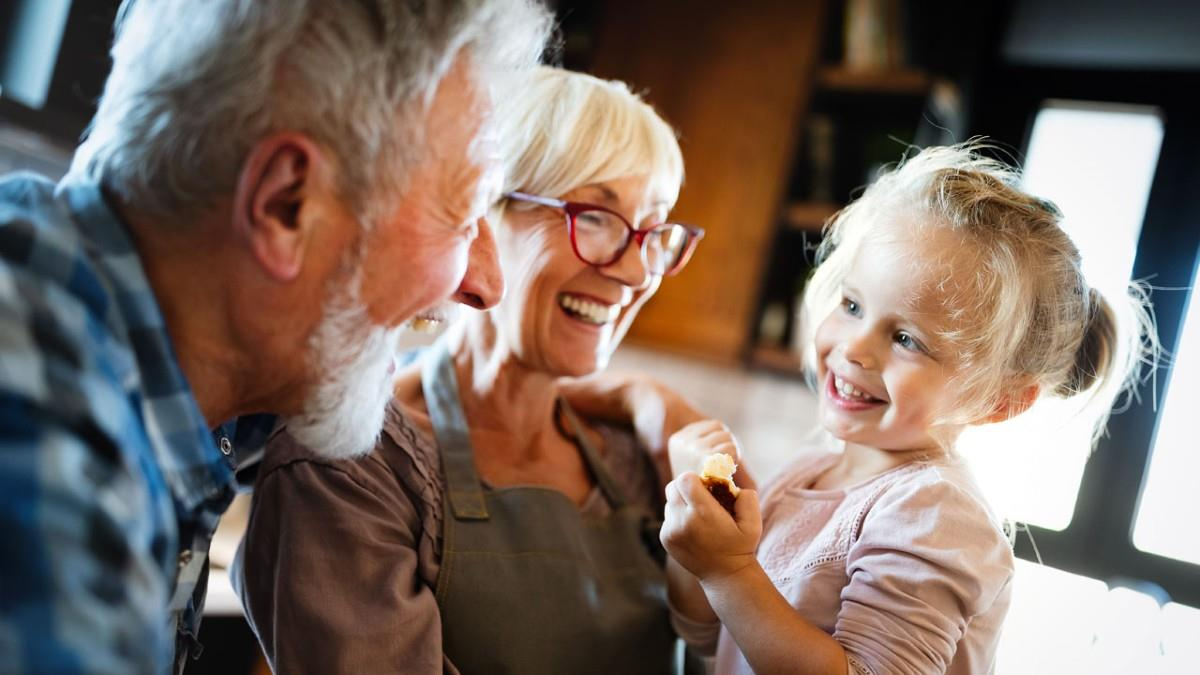 Θέλετε οι παππούδες να ζήσουν περισσότερο; Να τους βλέπετε συχνότερα λένε οι ειδικοί