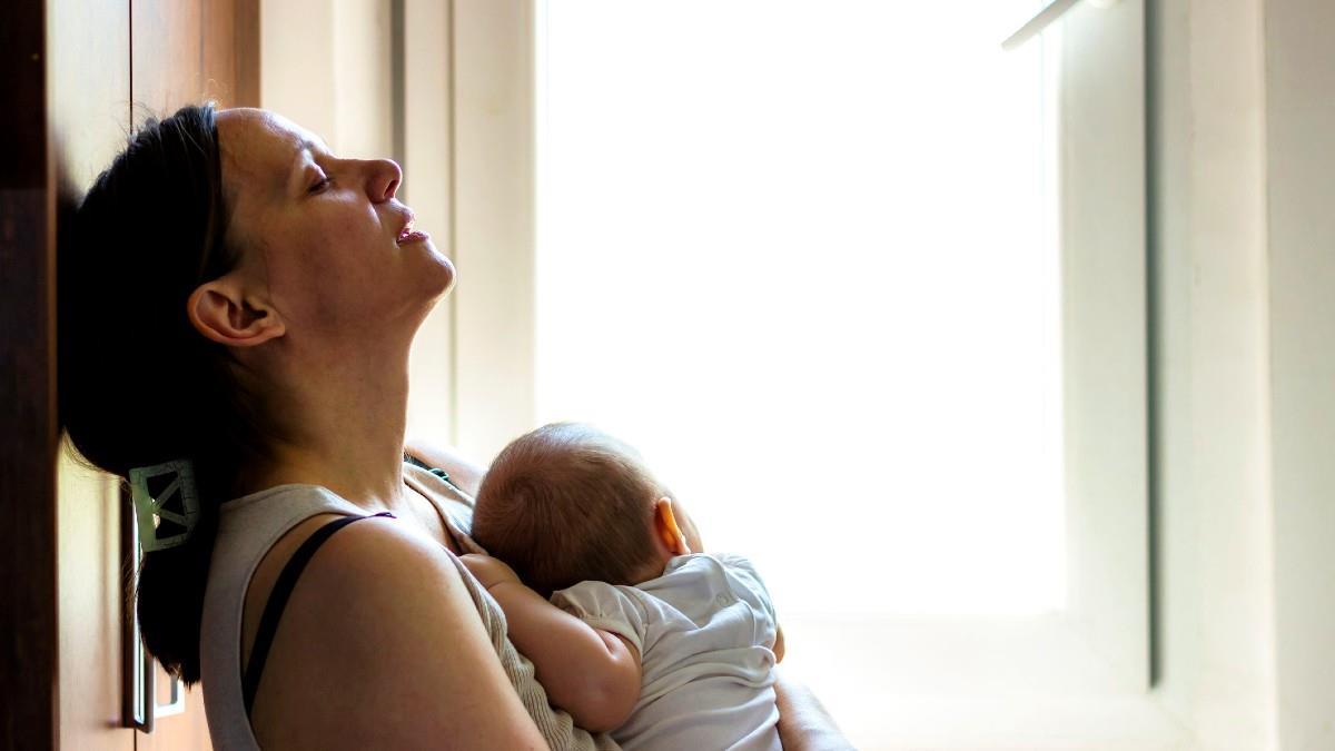 «Συγγενείς και φίλοι, σεβαστείτε τον χρόνο μας»: μια νέα θηλάζουσα μαμά ξεσπά