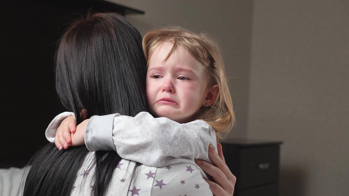Όταν ένα παιδί  κλαίει και χτυπιέται, μην του φωνάζεις - αγκάλιασέ το!